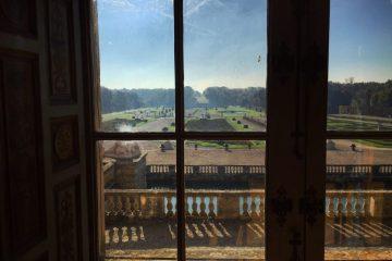 Une vue imprenable sur les jardins depuis l'une des pièces du château