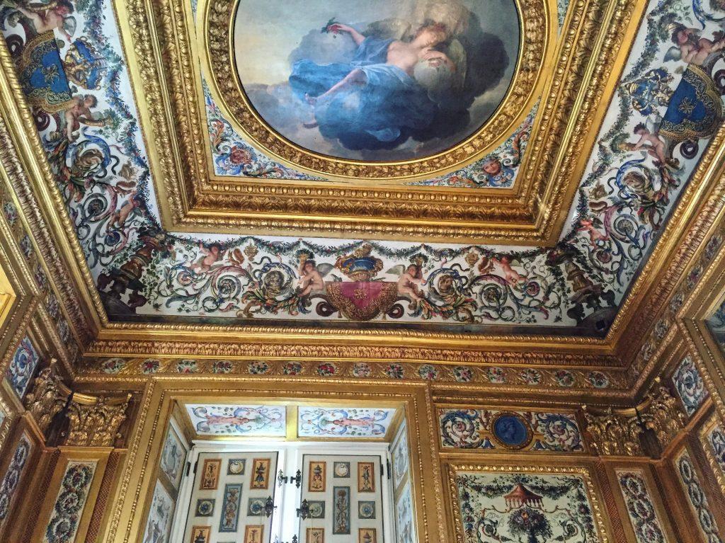 Le plafond de la salle de jeux du château