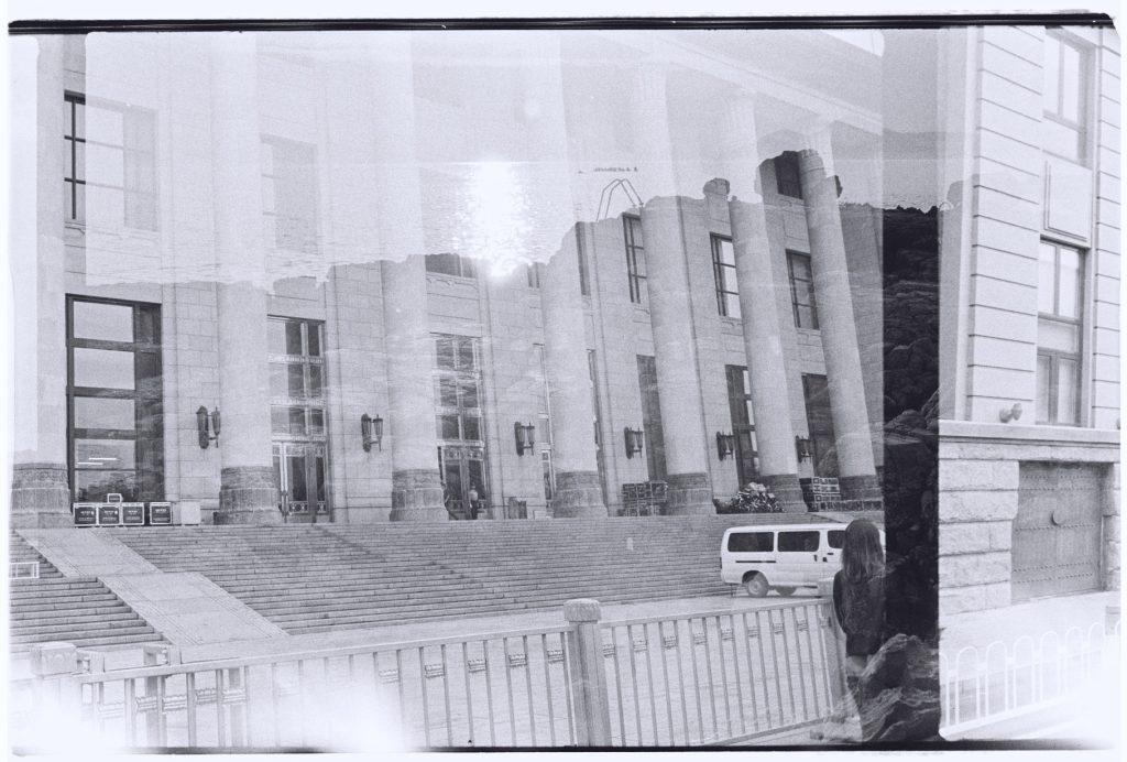 Le bâtiment d'une administration chinoise et la mer adriatique en filigrane