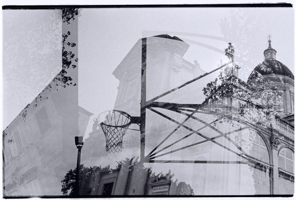 Une église croate et un panneau de basket sur l'île de Lido à Venise