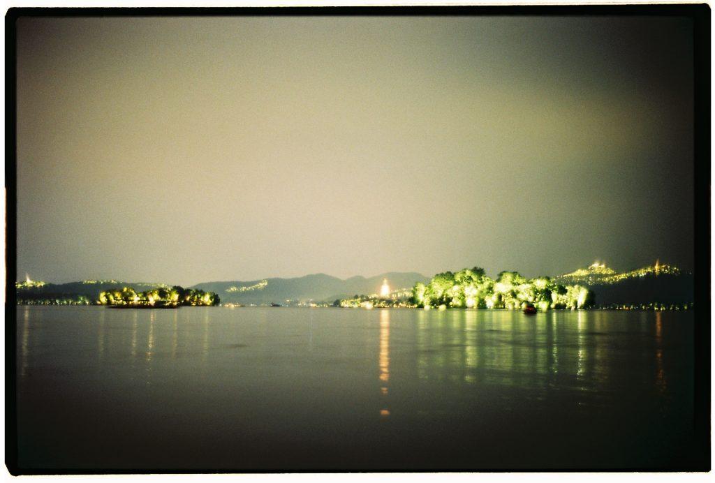 La nuit au bord d'un lac à Hangzhou, Chine