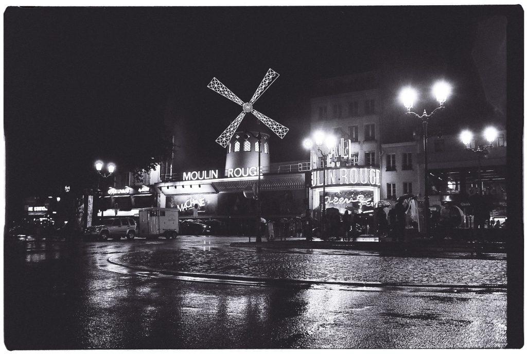 Le moulin rouge sous la pluie