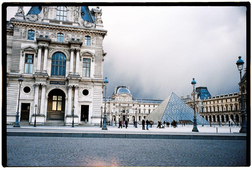 Le musée du Louvre sous les nuages