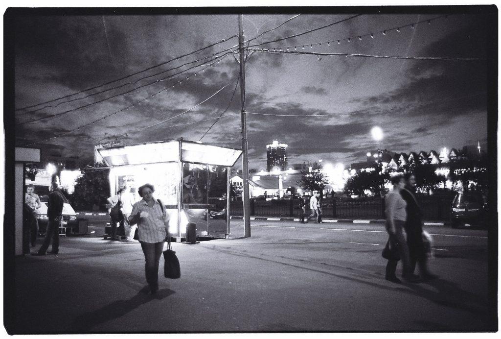 Dans les faubourgs de la capitale à la tombée de la nuit, Moscou