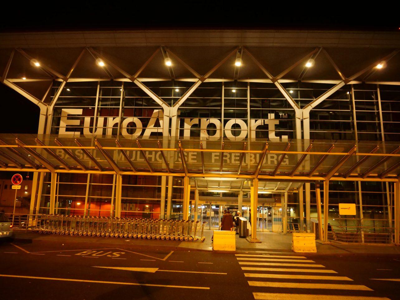L'aéroport de Bâle Mulhouse Fribourg pendant la nuit
