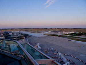 L'aéroport d'Orly au crépuscule