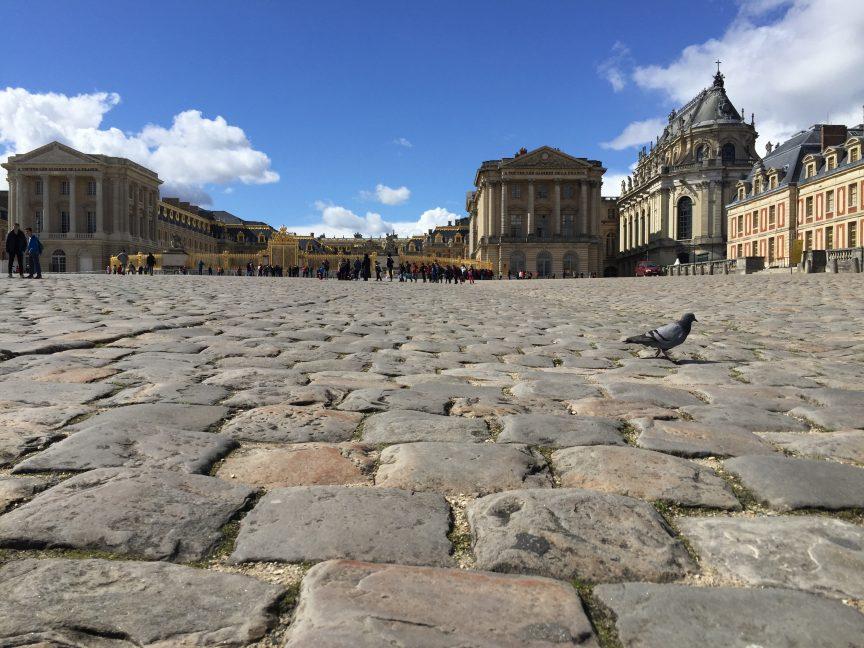 Le château de Versailles et la chapelle sur sa droite