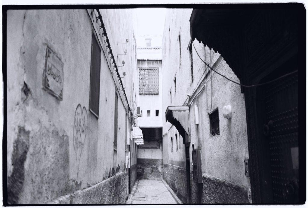 Parcours insolite parmi les ruelles parfois désertes de la Médina, Fès, Maroc