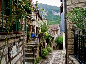 Dans les ruelles d'un village de Lozère