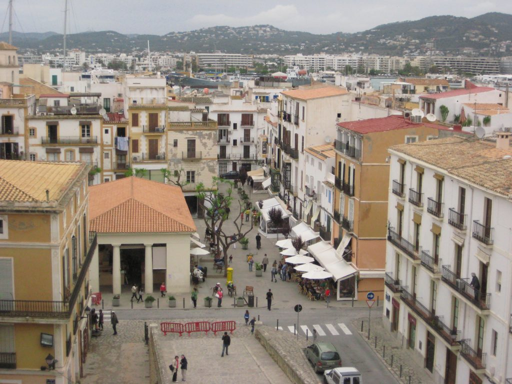 La ville d'Ibiza sous les nuages