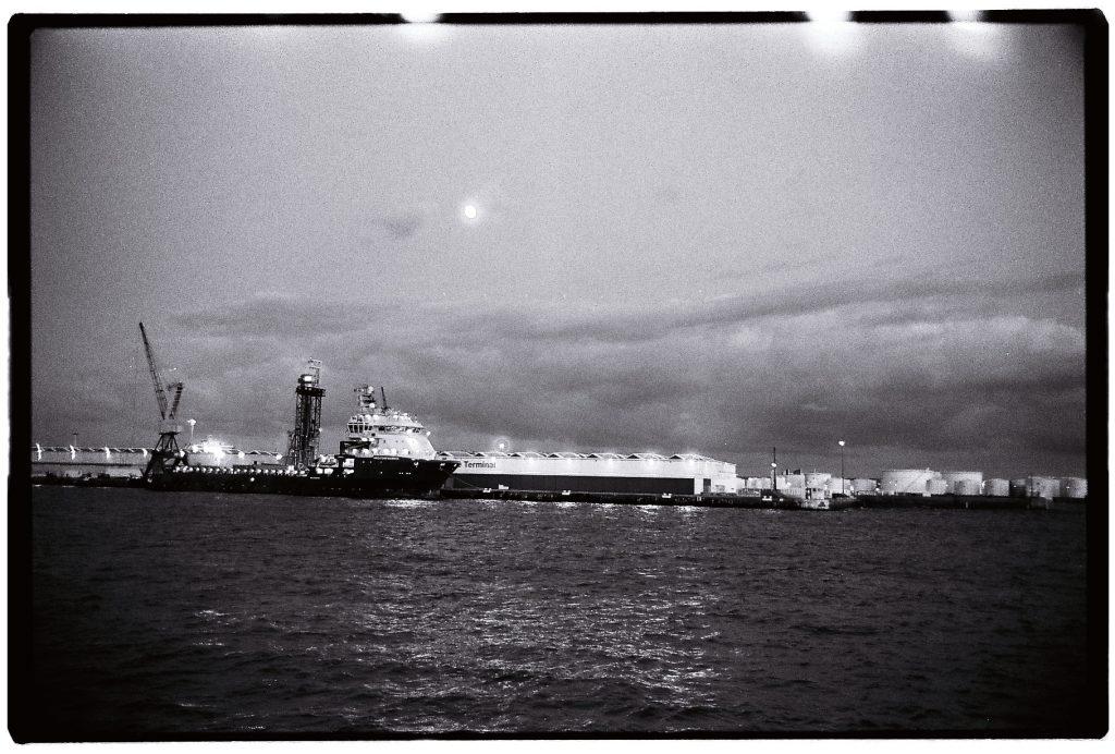 Le port du Havre pendant la nuit