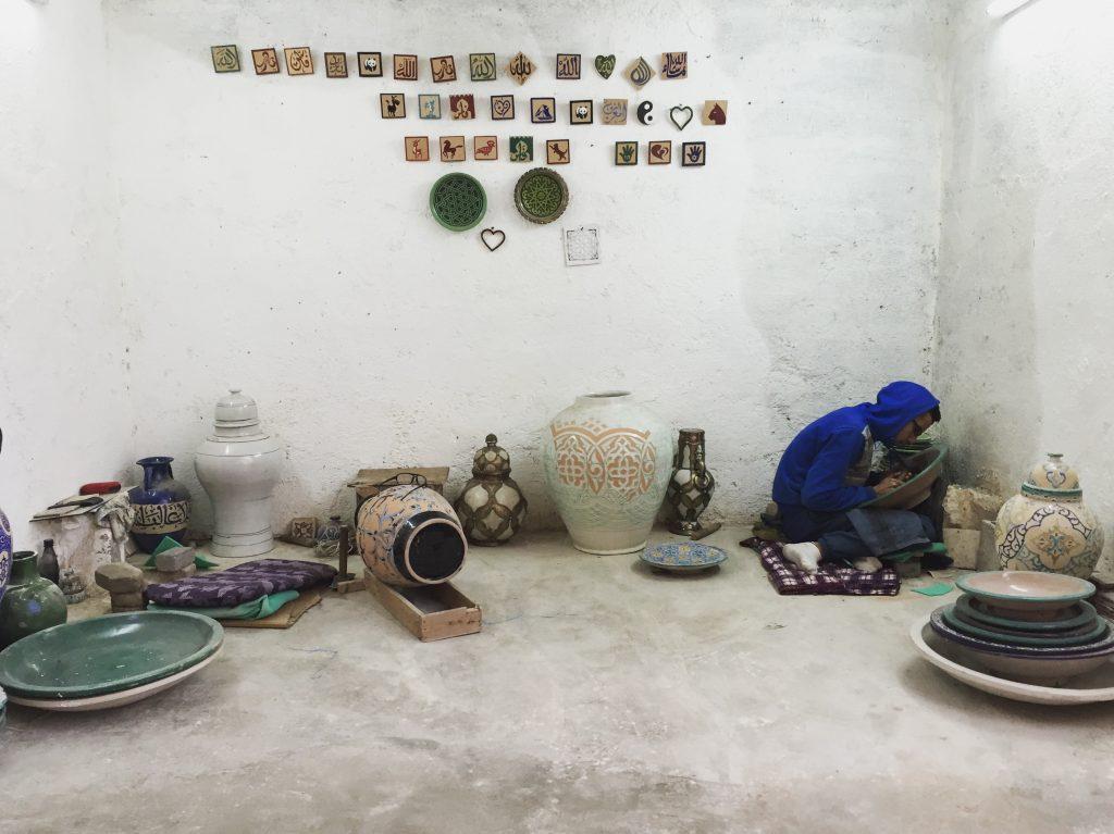 Travail d'orfèvre à la poterie de Fès