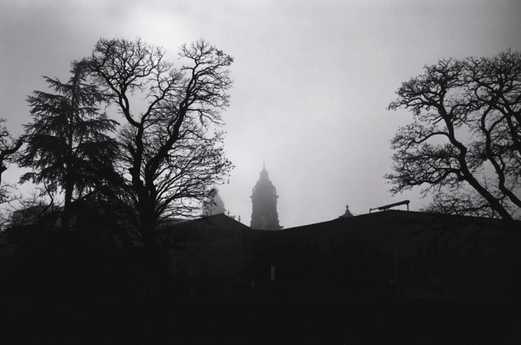 Un brouillard lumineux dans les hauteurs de Pampelune