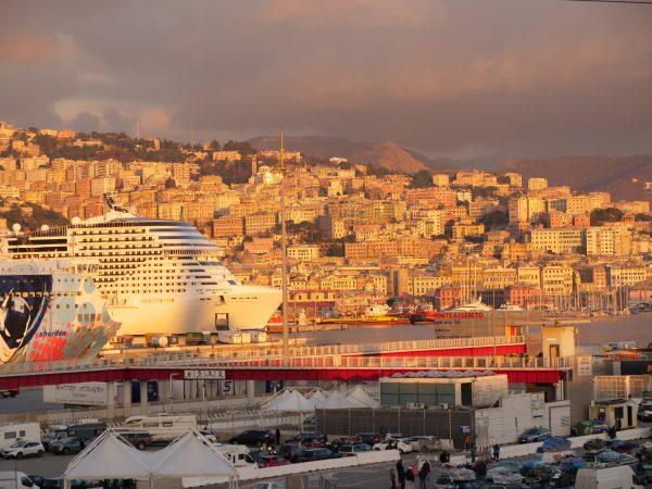 Une vue sur les installations du port de Gênes