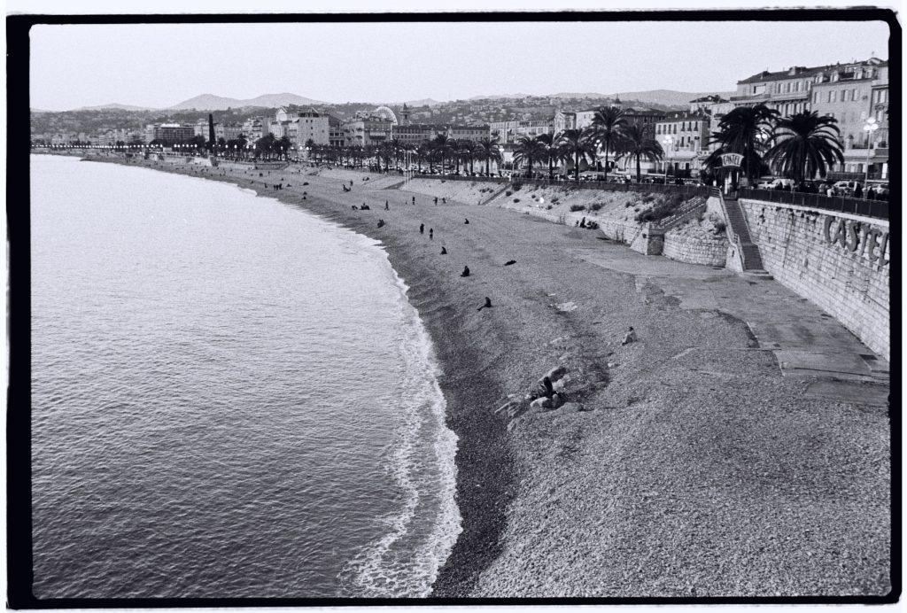 Vue imprenable sur la plage de Nice en décembre