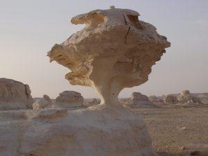 L'érosion des roches calcaires dans le désert blanc en Egypte