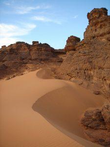 Mélange de dunes et de montagnes dans le Sud de la Lybie