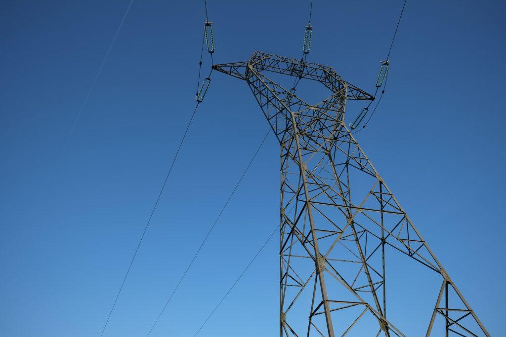 Un pylône sous un grand ciel bleu