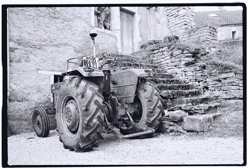 Un tracteur dans le petit village de Saint-Aubin