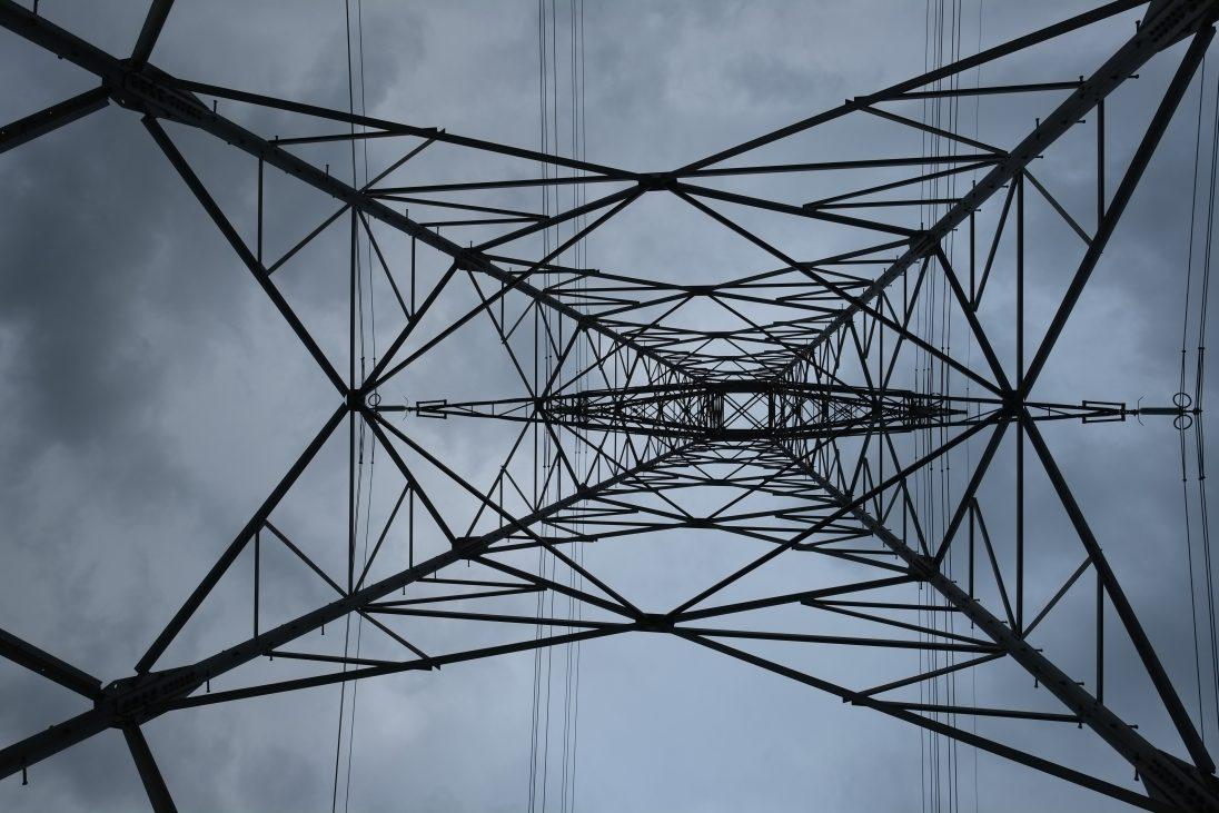 Tel un pylône. Une toile d'araignée métallique
