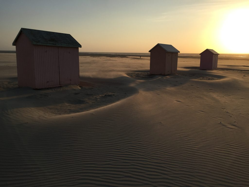 Trois petites cabanes sur la plage à Berck sur mer