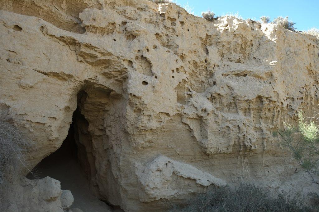 L'entrée d'une grotte au fond d'un - canyon - en Espagne