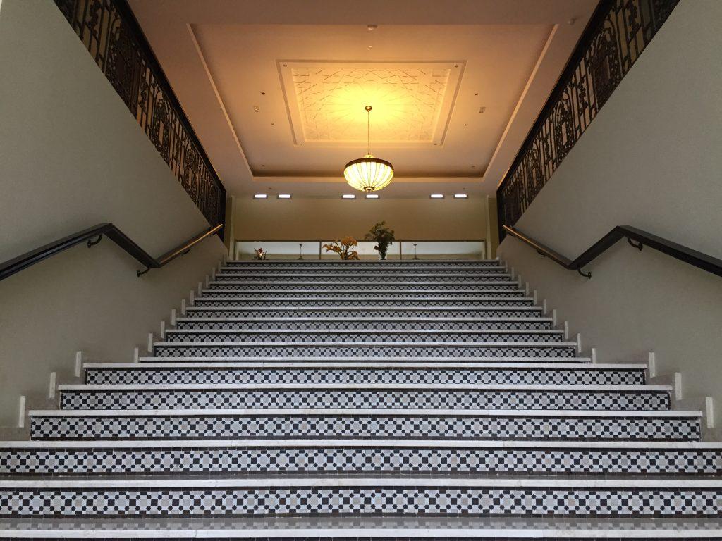 Un escalier monumental d'un hôtel à Fès au Maroc