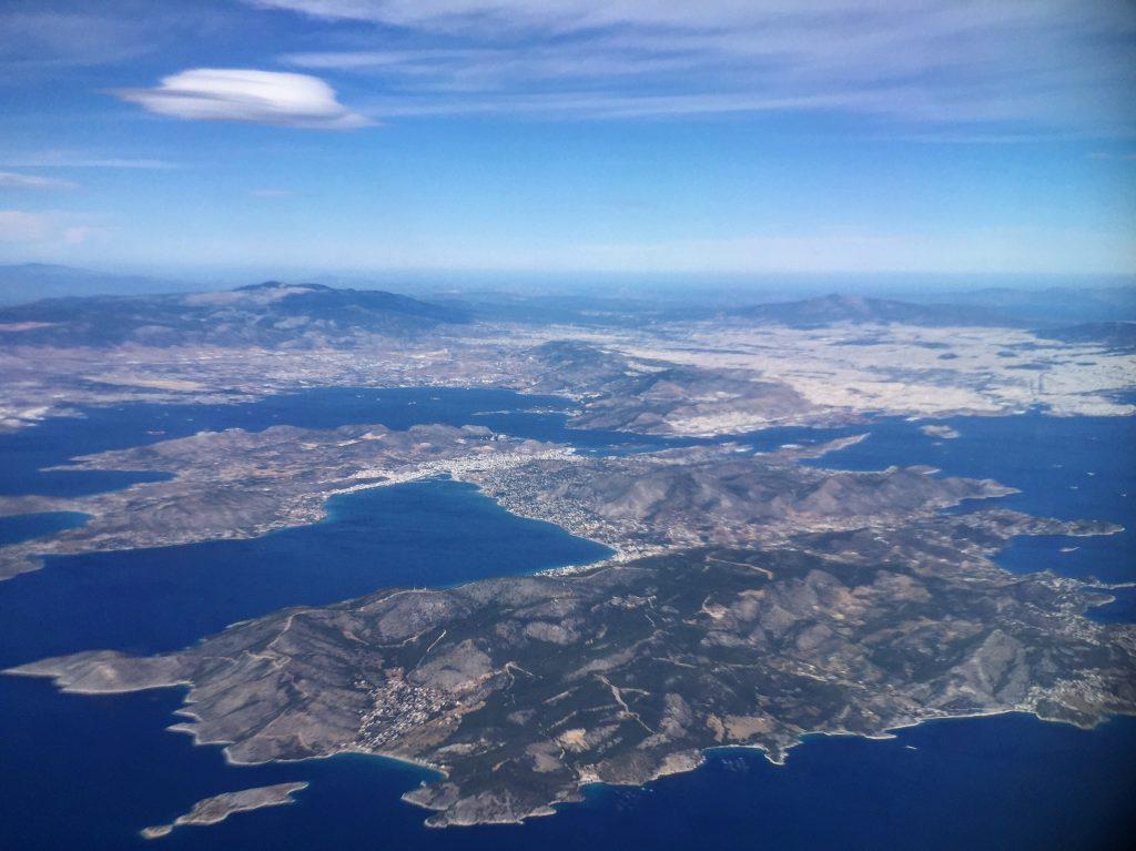 Vue imprenable sur le golfe saronique depuis le hublot d'un avion, la Grèce vue du ciel