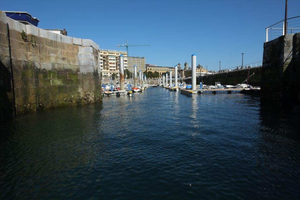 L'entrée du petit port de la ville de Donostia dans le pays basque espagnol