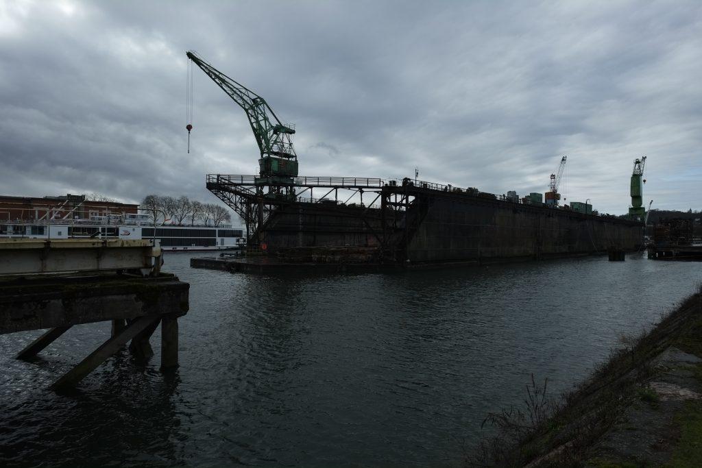 Une barge sur le port de Rouen, l'un des plus grands ports de France