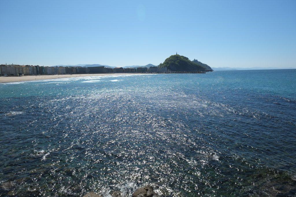 Vue imprenable sur une baie à San Sebastian et la plage de Zurriola