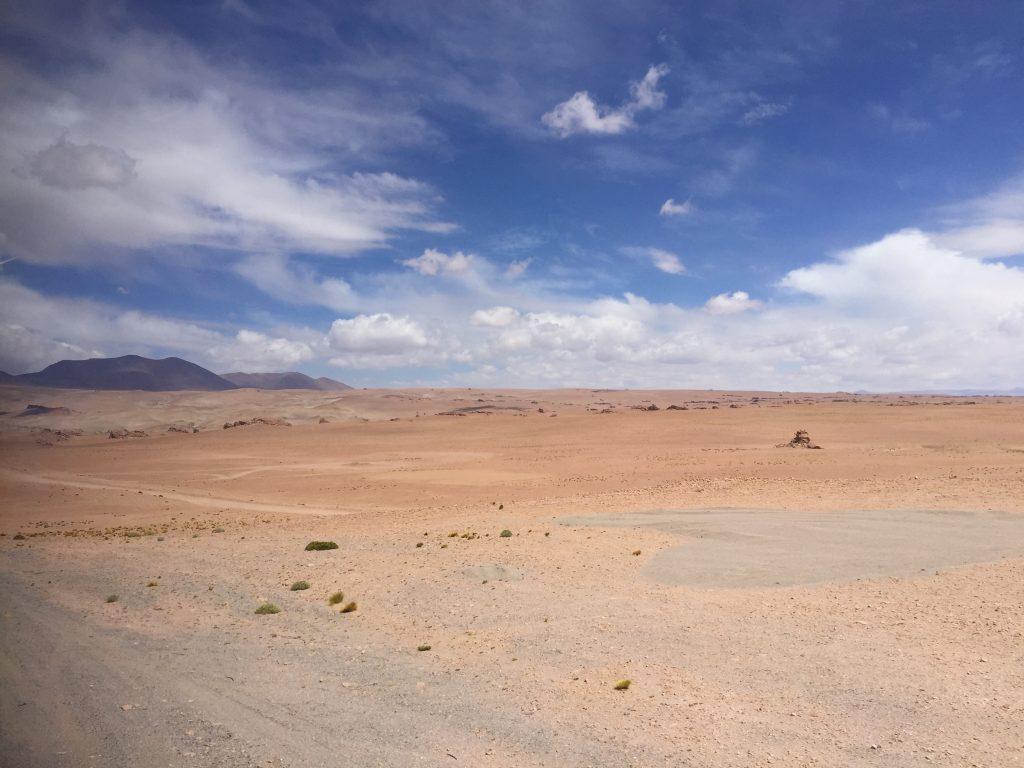 Les paysages arides du nord du chili dans le désert d'Atacama