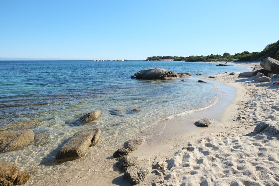 Une petite plage de sable blanc dans le sud de la Corse