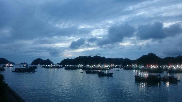 La baie d'Halong au crépuscule, nord Vietnam