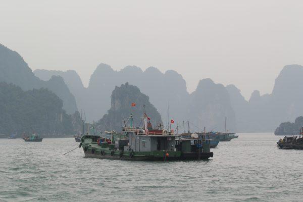La baie d'Halong dans le nord du Vietnam, l'un des plus beaux endroits de la planète