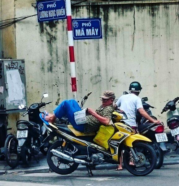 Scène de la vie quotidienne à Hanoï
