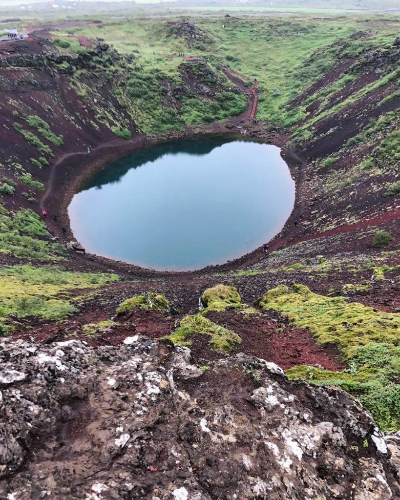 Un petit lac dans le cratère d'un volcan