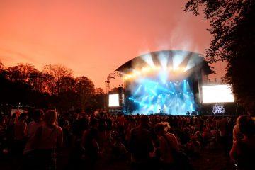 Coucher de soleil et concert en plein air un mélange parfait au festival Rock en Seine
