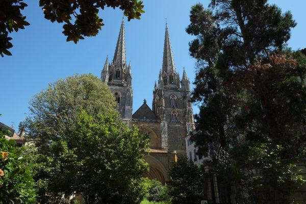 La cathédrale Sainte-Marie de Bayonne vue depuis le jardin botanique