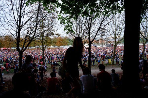 La grande scène est envahie sous le flot des spectateurs. Rock en Seine
