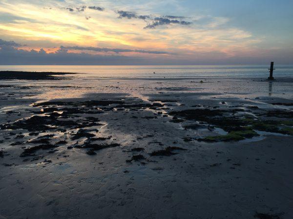 La plage de Granville à marée basse et au crépuscule
