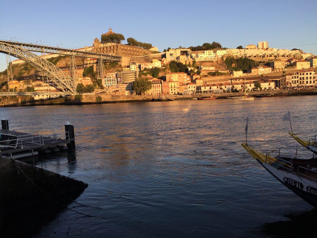 La vue depuis les quais de Ribeira sur Vila Nova de Gaia