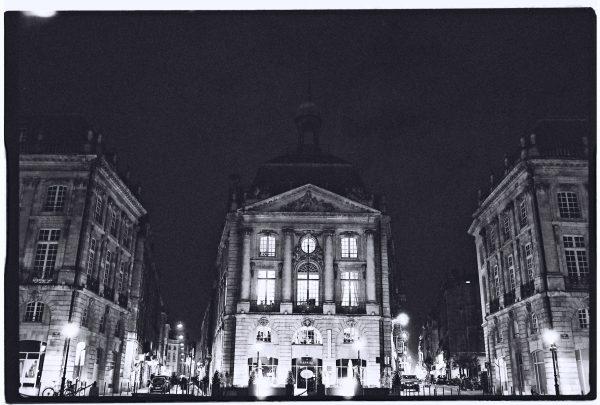 Le Palais de la Bourse pendant la nuit à Bordeaux
