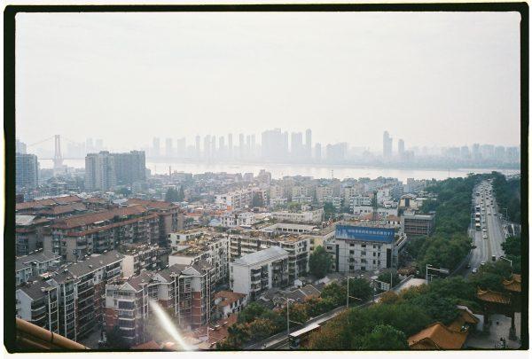 Le fleuve Yang Tsé-Kiang se frayant un chemin dans la mégalopole de Wuhan en Chine