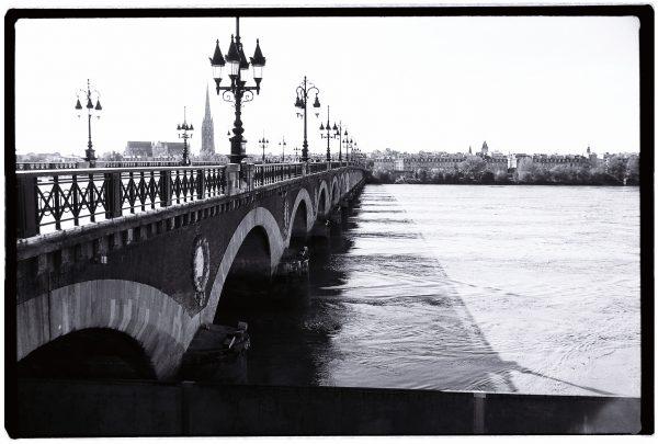 Le pont de pierre enjambant la Garonne