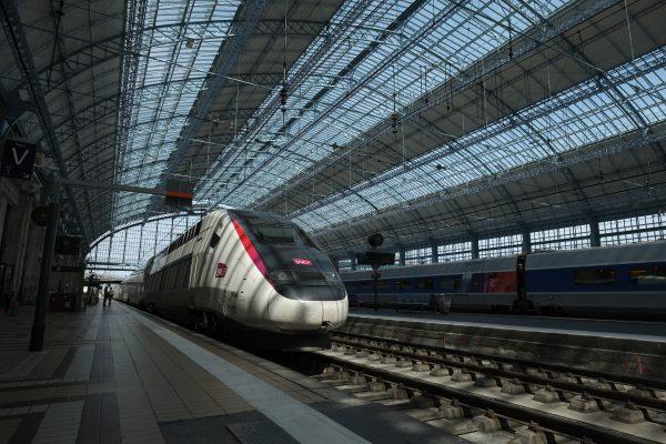 Les quais et l'immense verrière de la gare Saint-Jean à Bordeaux, l'une des plus grandes gares de France