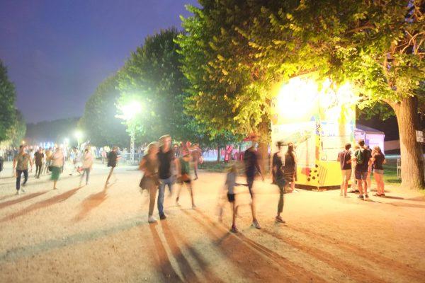 Peu à peu les festivaliers qui rock en Seine avec l'arrivée de la nuit, rock en Seine