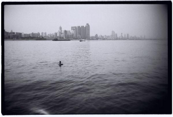 Un nageur du fleuve Yangtsé nous saluant