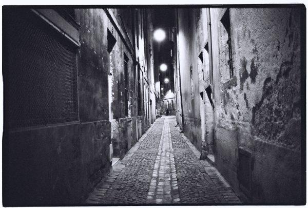Une rue déserte la nuit dans le quartier historique de Bordeaux