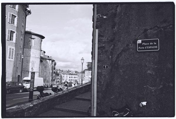 Au pied du mur et à la porte de la ville de Bayonne
